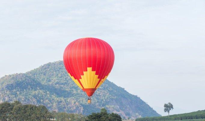 Ballonfahrt mit blauem Himmel in Weener