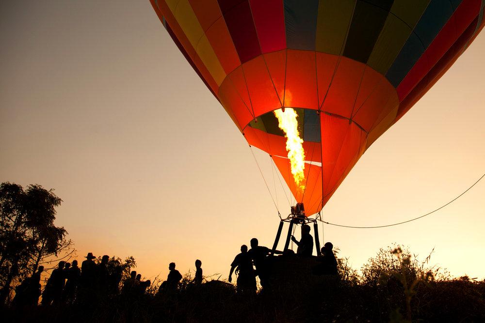 Ballonfahrt mit blauem Himmel in Byhleguhre-Byhlen